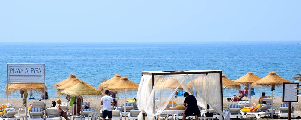 Hamacas en la playa Aleysa del hotel Vincci Selección Aleysa Boutique & Spa 5 estrellas Málaga