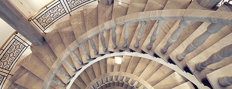 Escalera de caracol de mármol de Vincci Vía 66 4* Madrid