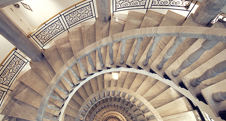 Escalera de caracol de mármol de Vincci Vía 66