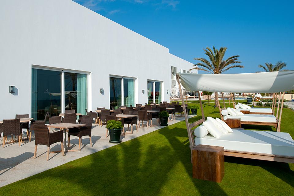 Terraza y camas balinesas de Beach Club Estrella del Mar, Marbella, Málaga.