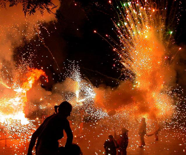 Hogueras en la noche de Sant Joan, Barcelona. / Foto: Flickr, usuario: Caricola.