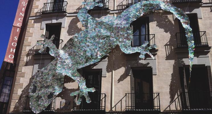 * Fachada de Vincci Soho 4* Madrid con la salamanquesa, obra de DecorAcción 2012.