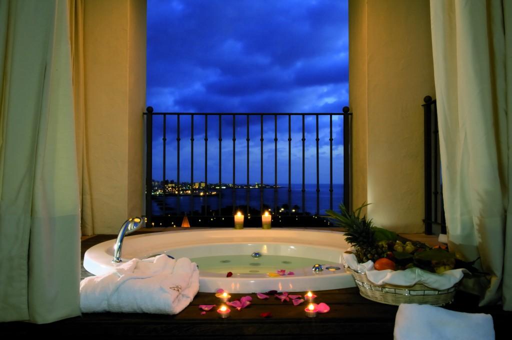 Jacuzzi de una de las villas del hotel Vincci Selección La Plantación del Sur 5* Lujo Tenerife.