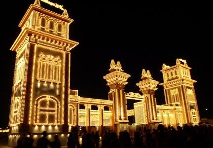 Puerta de entrada al Real de la Feria iluminada. / Foto: blog.enforex.com