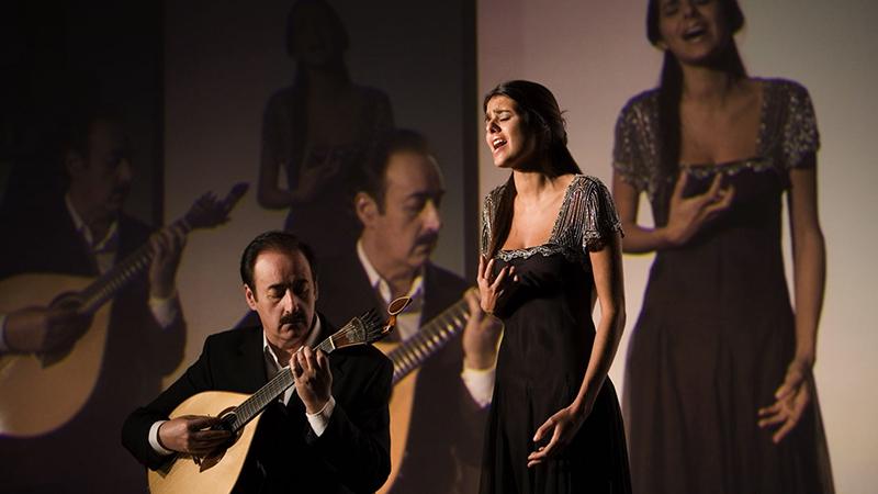 Mujer cantando fado en Lisboa