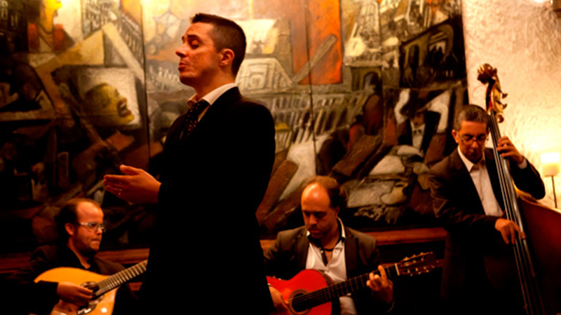 Cantando fado. / Foto: myguide.iol.pt