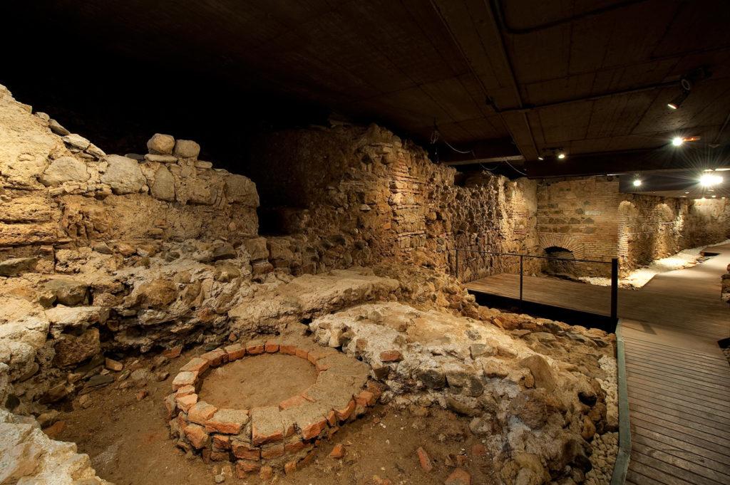 Restos de la muralla árabe de Málaga bajo el suelo de Vincci Posada del Patio