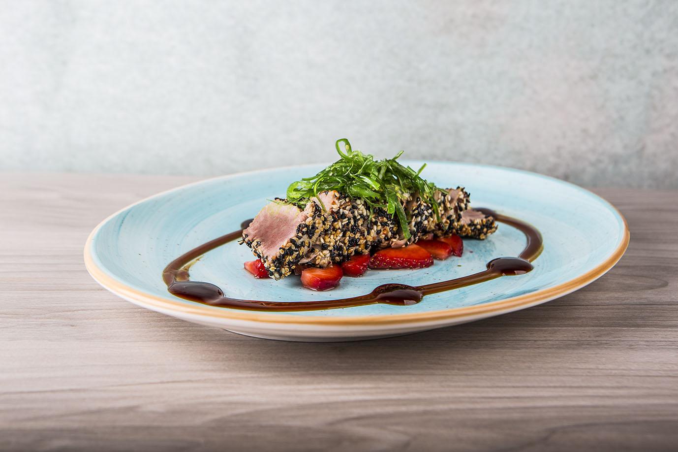Tataki de atún sobre carpaccio de fresa - NoMad Food&Bar - Vincci Soho