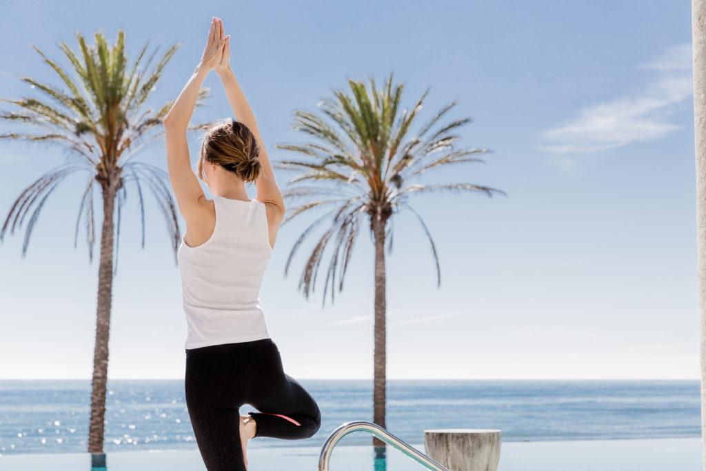 Yoga en la piscina – Beach Club