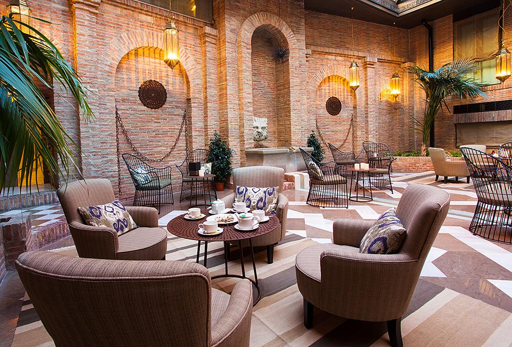 Patio interior de estilo árabe en Vincci Albayzin 4*