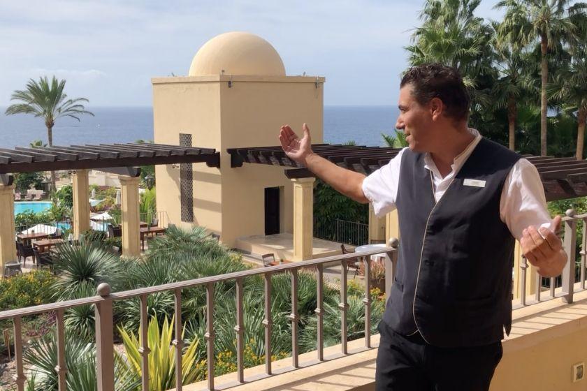Antonio muestra las vistas del hotel