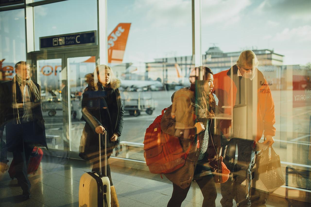 Viajeros con mochilas y maletas de mano