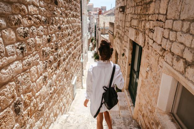 Viajera paseando por las calles