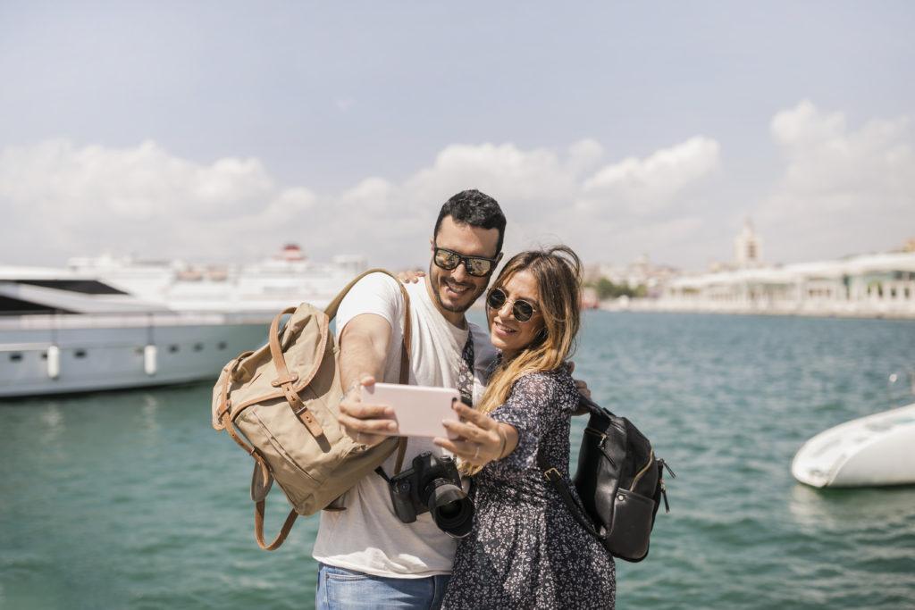 pareja viajando en enero