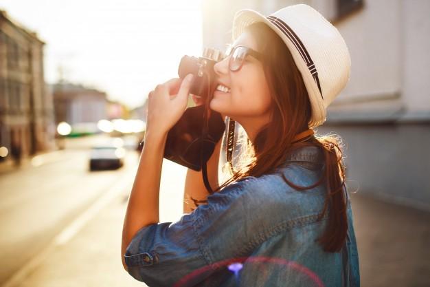 Chica haciendo foto en la ciudad