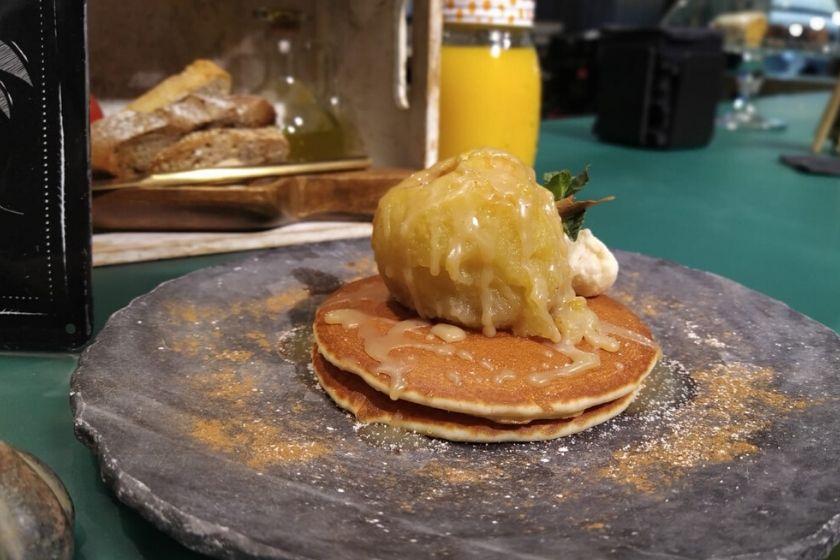 Pancake de manzana asada y mantequilla tostada