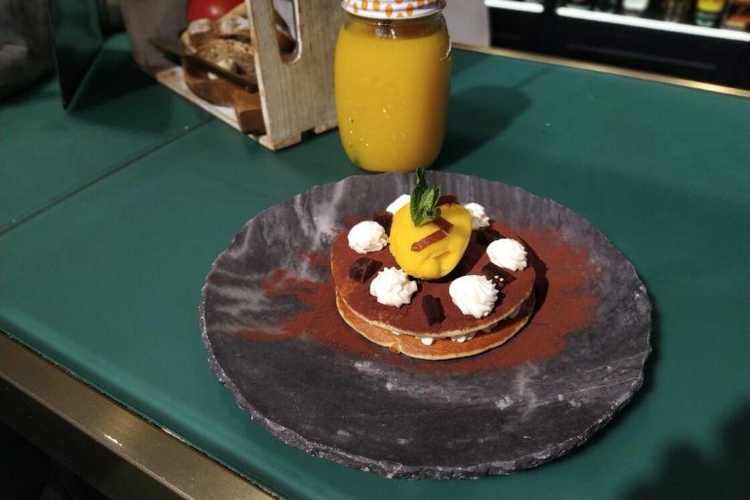 Pancake de mousse de chocolate blanco con café y mango