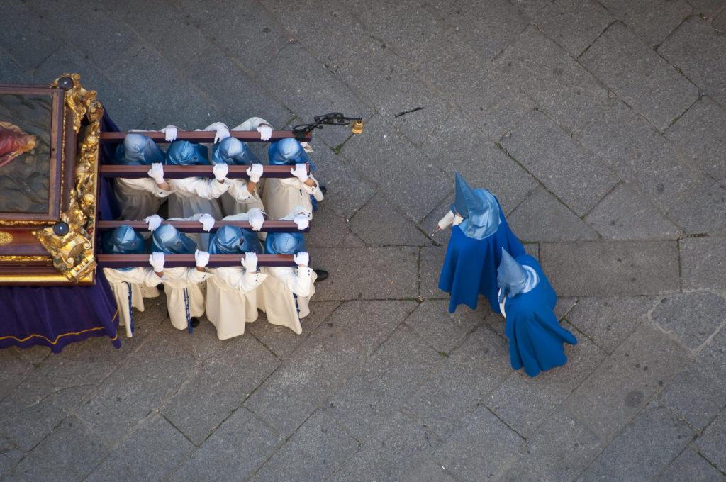 Cofradía de la Vera Cruz en procesión en Salamanca