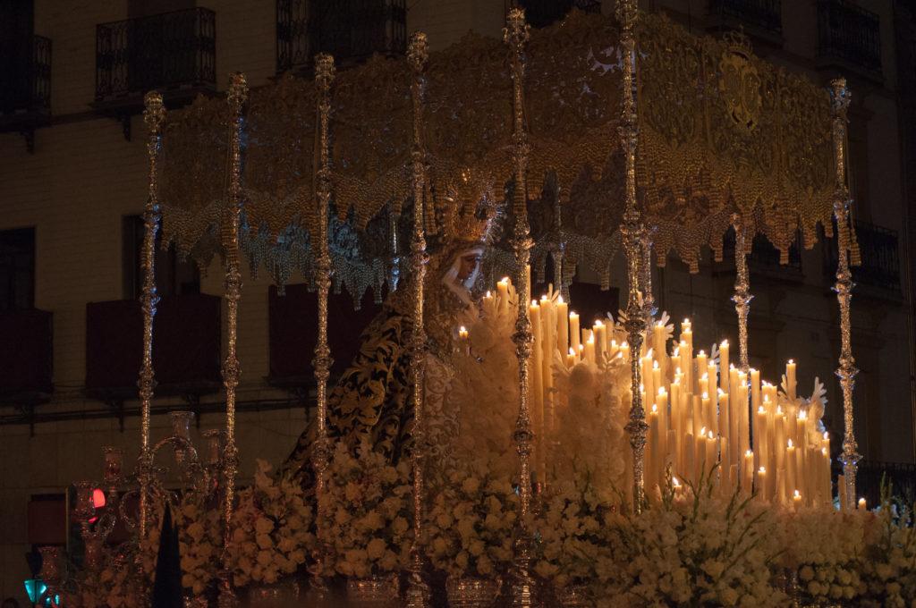 La Virgen de la Esperanza de Triana en procesión en La Madrugá de Sevilla
