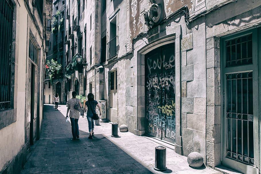 Gente paseando por el Barrio Gótico de Barcelona