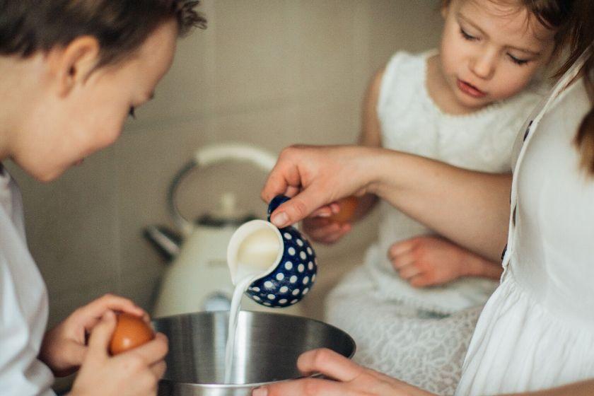 Cocinando con niños. Imagen vía pexels.com