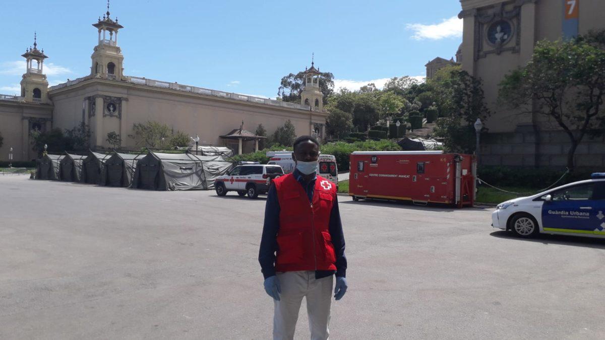 """Isma, botones del Hotel Vincci Gala 4* (Barcelona) y voluntario de Cruz Roja: """"Está siendo muy duro, pero también muy reconfortante poder ayudar en estos tiempos tan difíciles"""""""