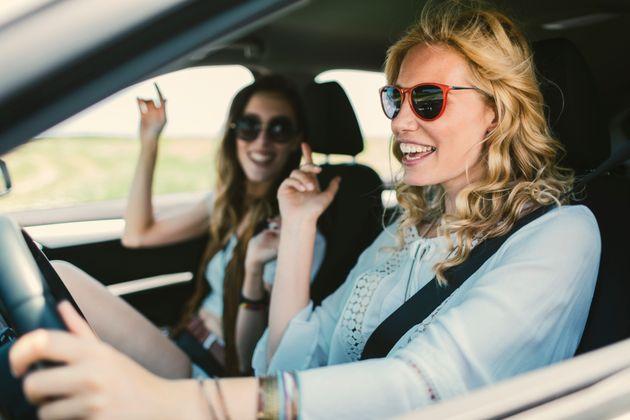 chicas cantando en el coche
