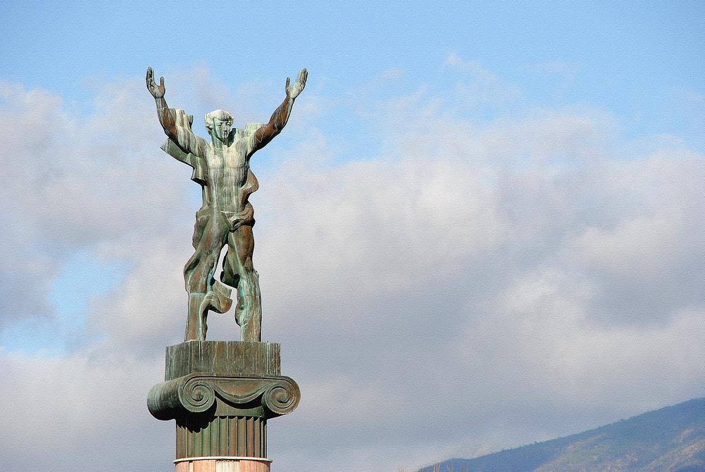 escultura victoria puerto banús