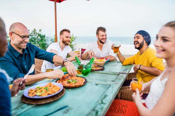 amigos comiendo en la playa