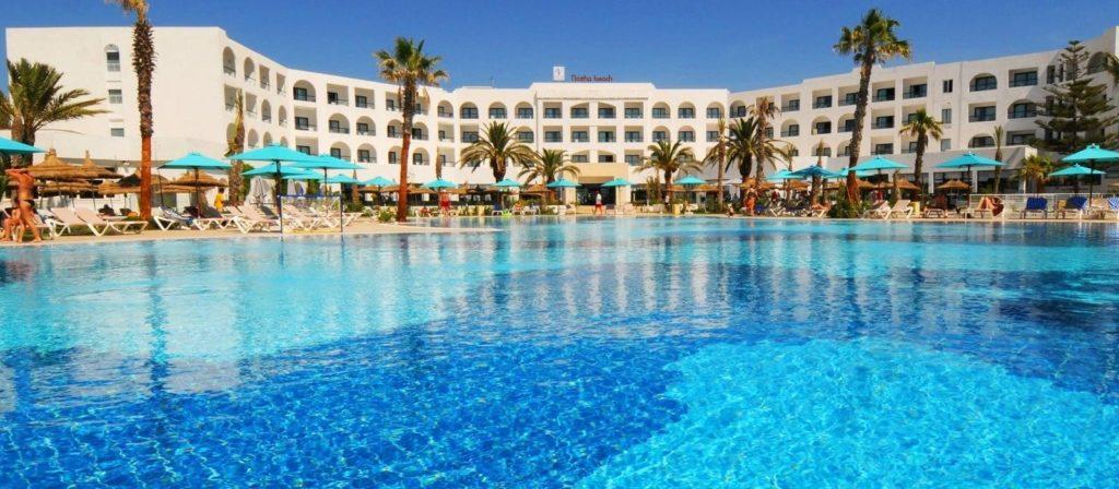 piscina exterior del hotel Vincci nozha beach & spa en túnez