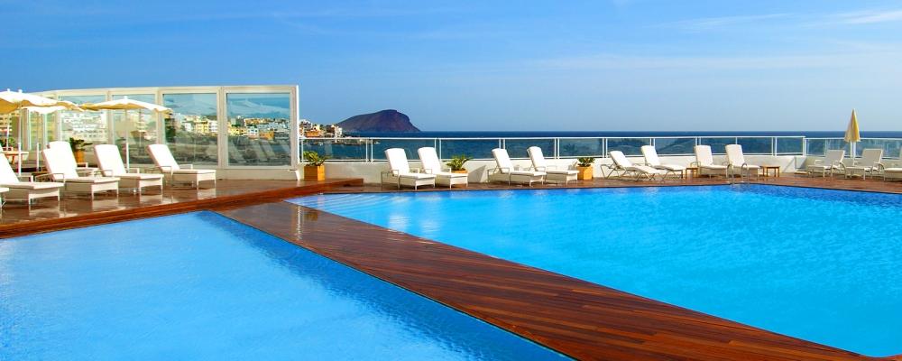 Paisaje de las piscinas exteriores del hotel Vincci Tenerife Golf 4 estrellas