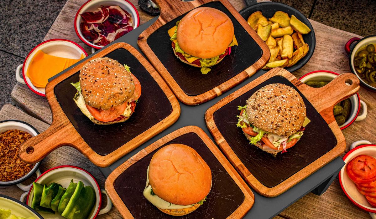 La terraza de Vincci The Mint 4* presenta sus  hamburguesas DIY fiel a su propuesta de streetfood en el cielo madrileño