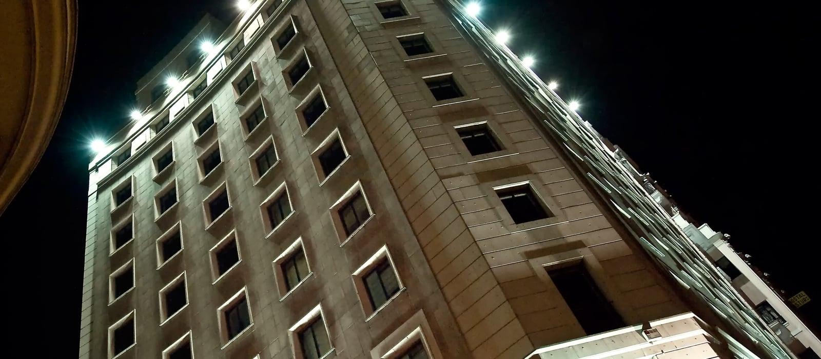 Fassade beleuchtet bei Nacht - Vincci Vía 66 4*