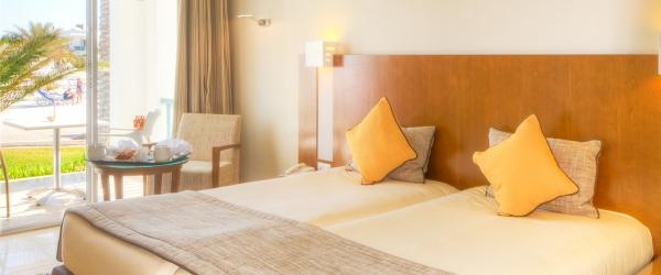 Dreibettzimmer mit Meerblick.  Hotel Helios Beach Djerba - Vincci Hoteles