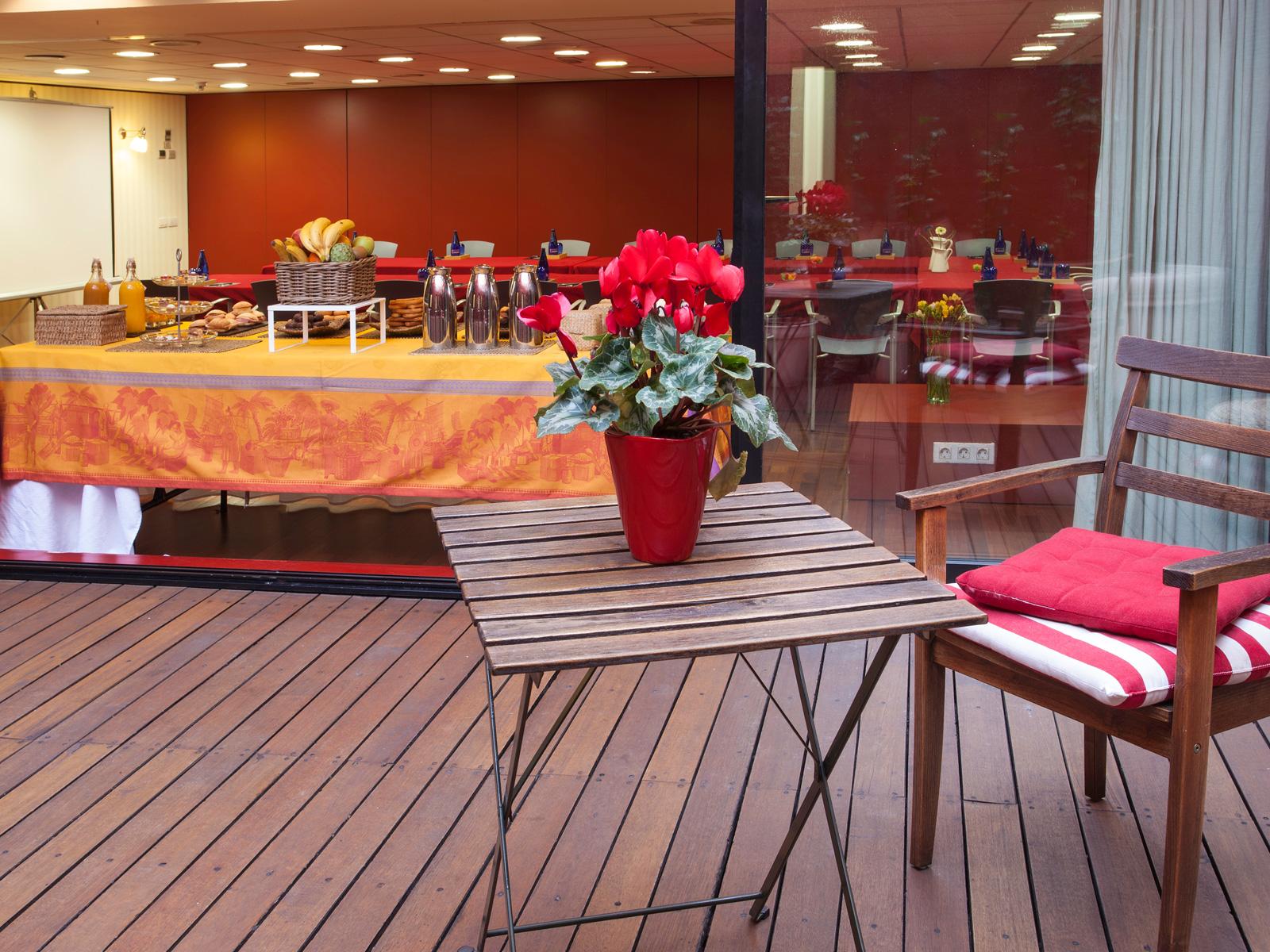 Terrasse de salon rouge - Vincci Soma 4*